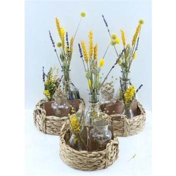 Mandje met 3 flesjes met gele droogbloemen arrangementjes