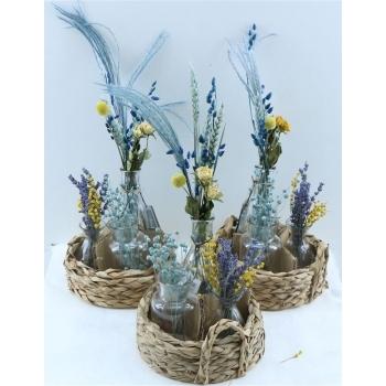 Mandje met 3 flesjes met blauwe droogbloemen arrangementjes